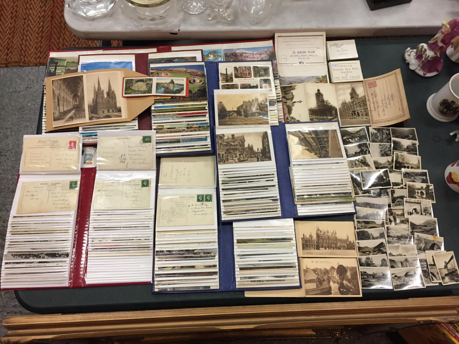 A LARGE COLLECTION OF 550+ ANTIQUE AND VINTAGE POSTCARDS RANGING FROM 1908-1970'S. MAINLEY UK - SOME
