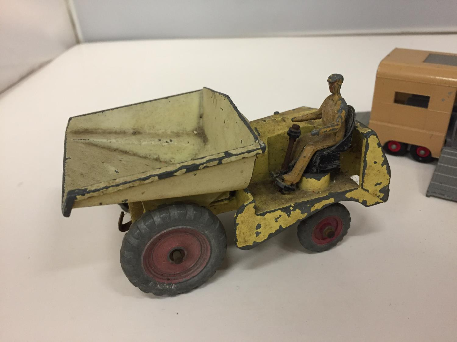 A DINKY MODEL MUIR-HILL DUMPER NO.562 1949-1954 AND A MATCH BOX KINGSIZE ARTICULATED HORSE VAN - Image 2 of 5