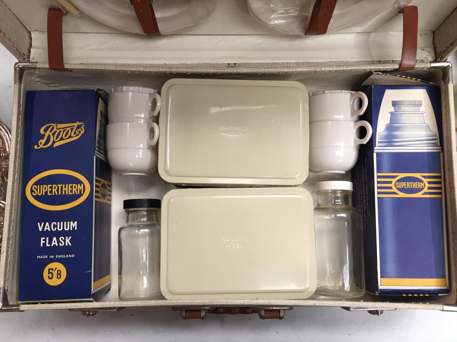 A VINTAGE FOUR PERSON PICNIC SET IN CARRY CASE - Image 2 of 5