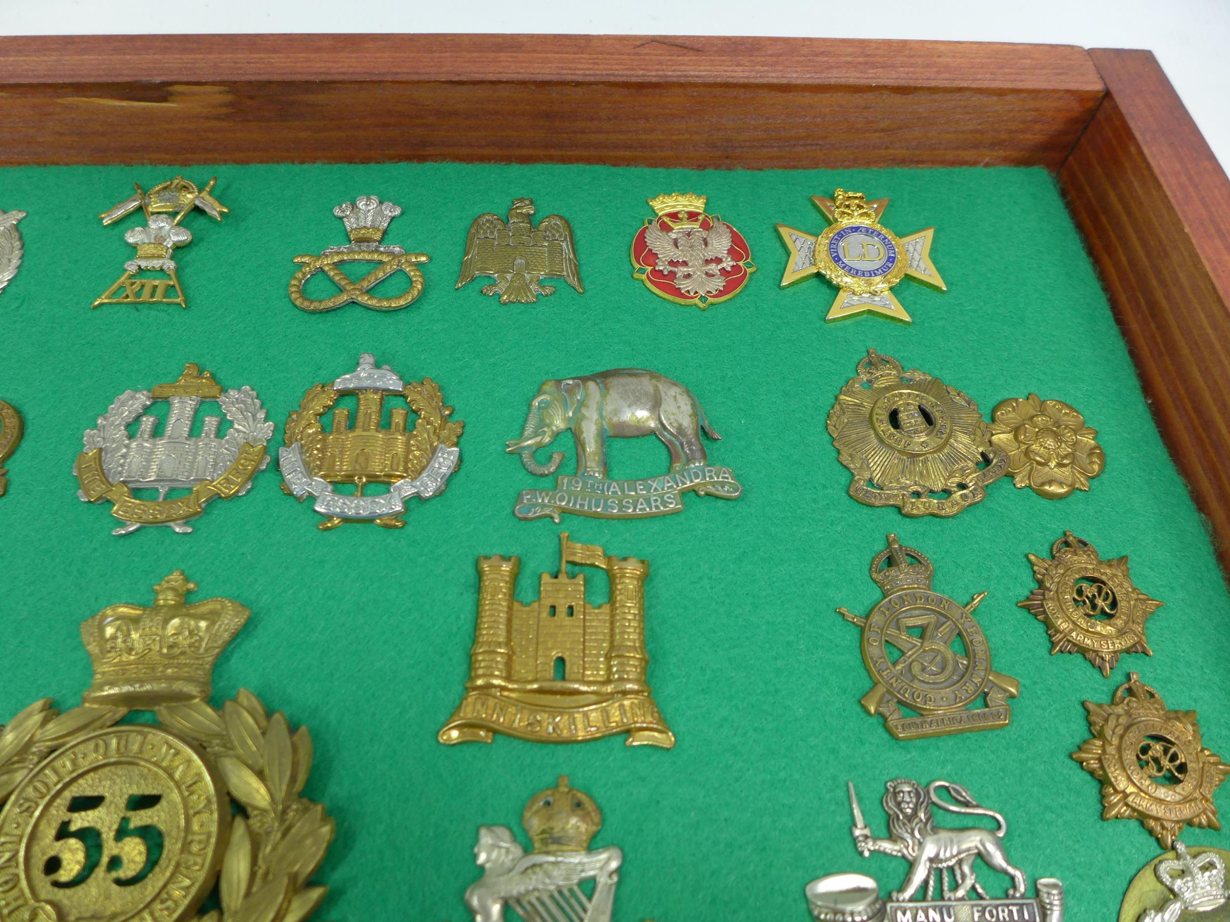 A GLAZED DISPLAY CASE CONTAINING THIRTY FIVE BRITISH MILITARY BADGES, 33CM X 49CM - Image 5 of 6