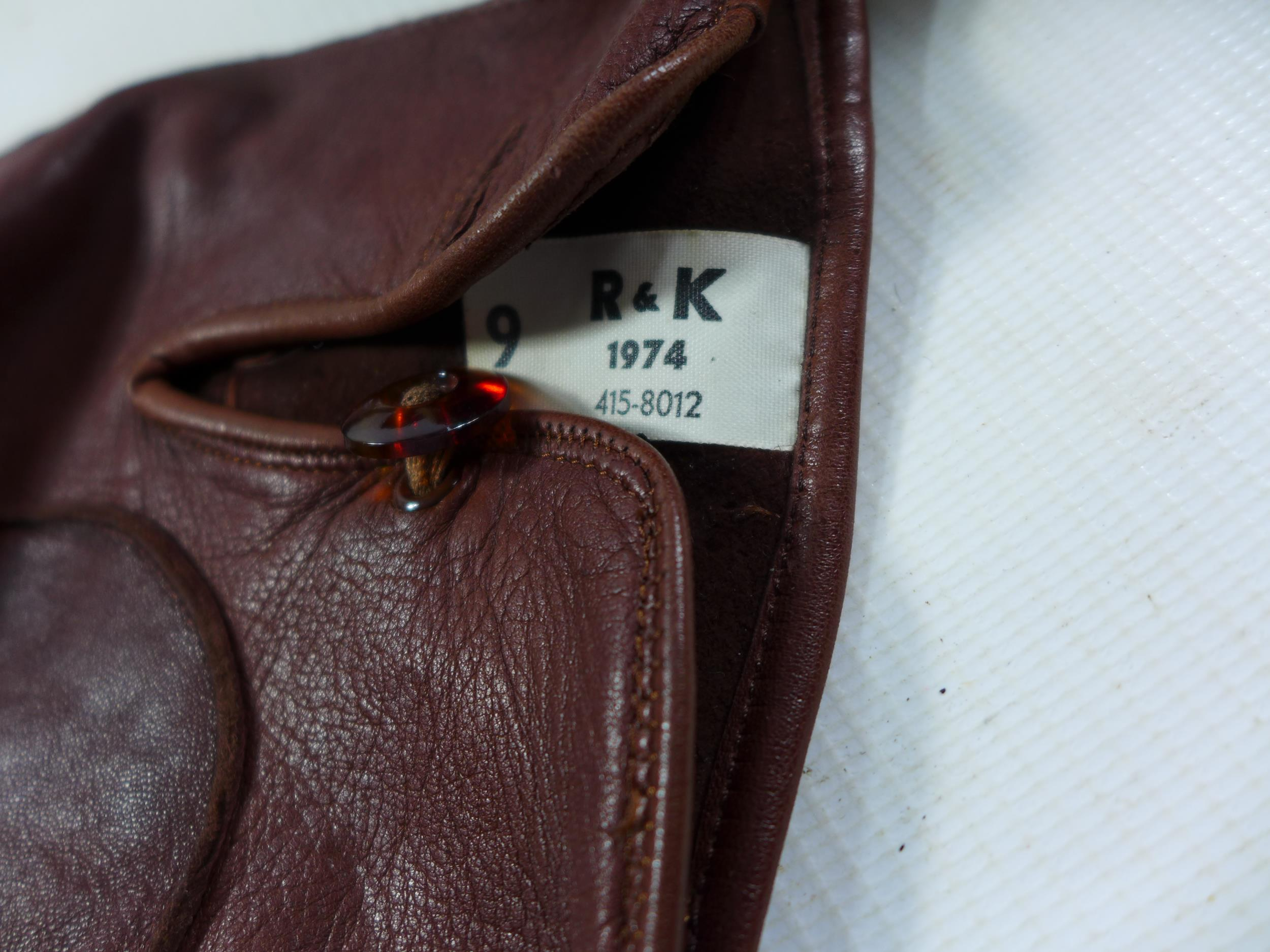 A COLLECTION OF RAF MEMORABILIA COMPRISING CAP, GLOVES, BELTS, FLASHES ETC - Image 6 of 6