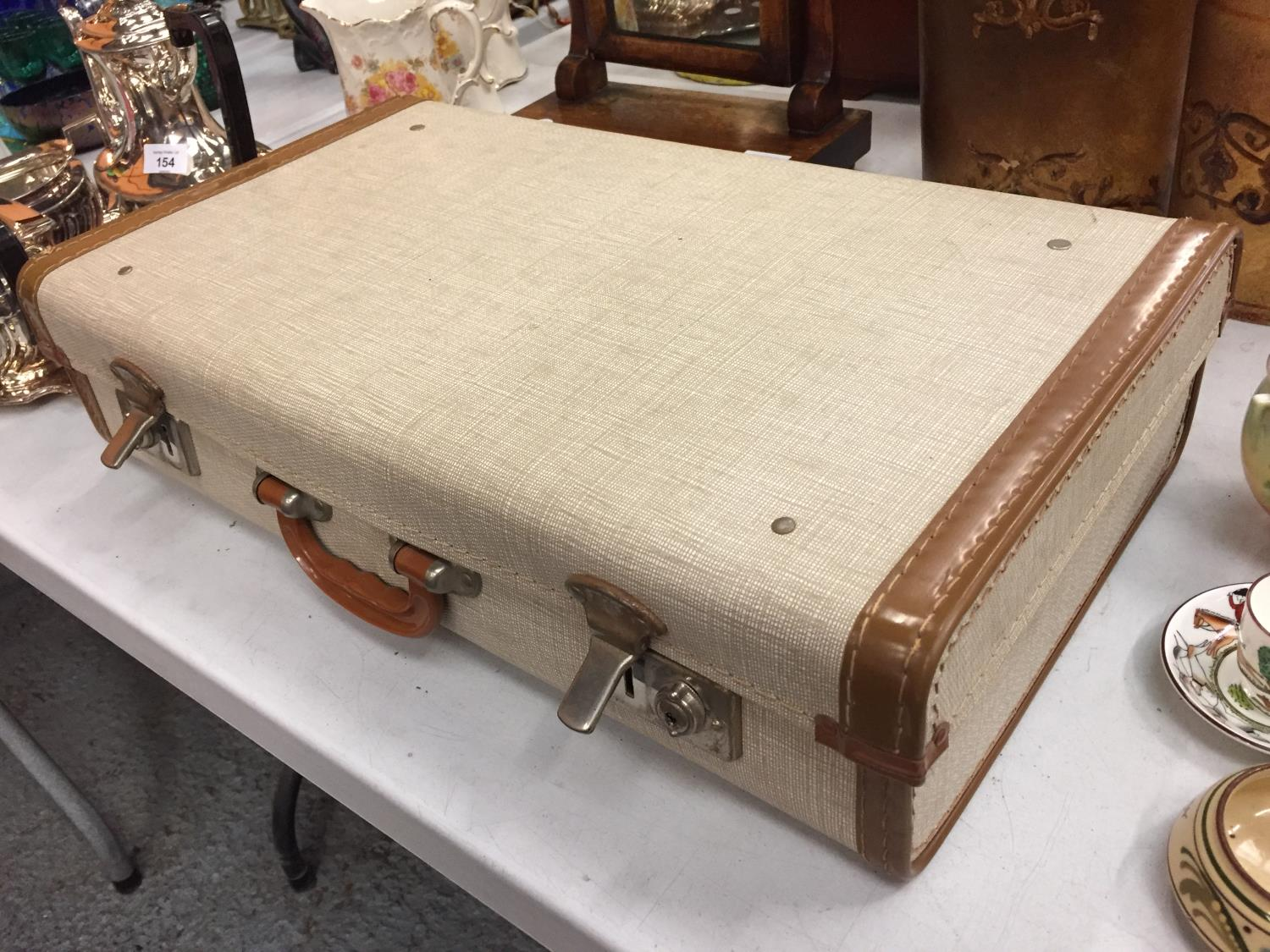 A VINTAGE FOUR PERSON PICNIC SET IN CARRY CASE - Image 5 of 5