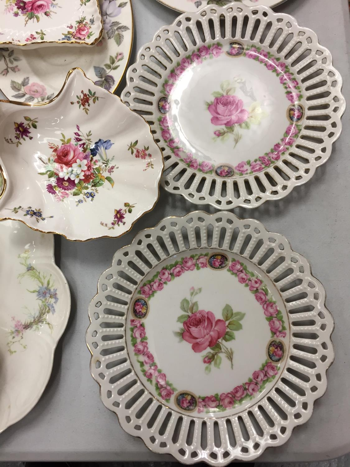 A MIXED COLLECTION TO INCLUDE SPODE AND MINTON TRINKET DISHES , A DRESSING TABLE SET OF FLOWER - Image 3 of 6