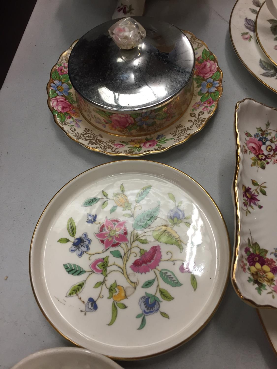 A MIXED COLLECTION TO INCLUDE SPODE AND MINTON TRINKET DISHES , A DRESSING TABLE SET OF FLOWER - Image 5 of 6