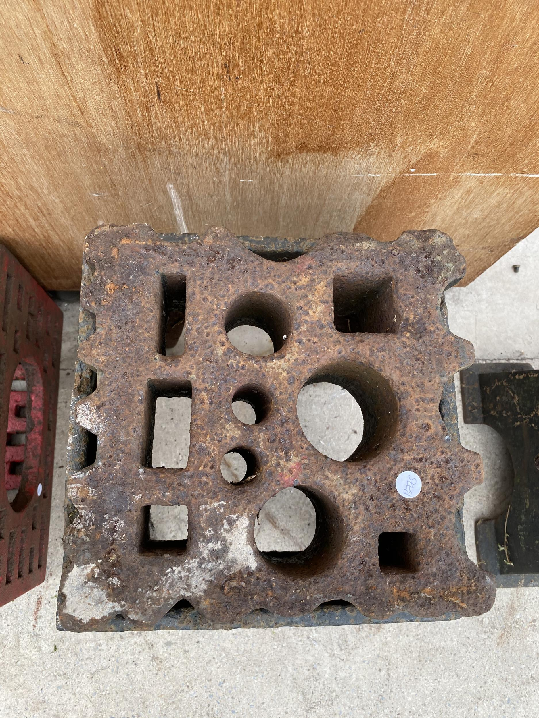 A LARGE VINTAGE SWAGE BLOCK WITH HEAVY CAST IRON STAND - Image 6 of 7