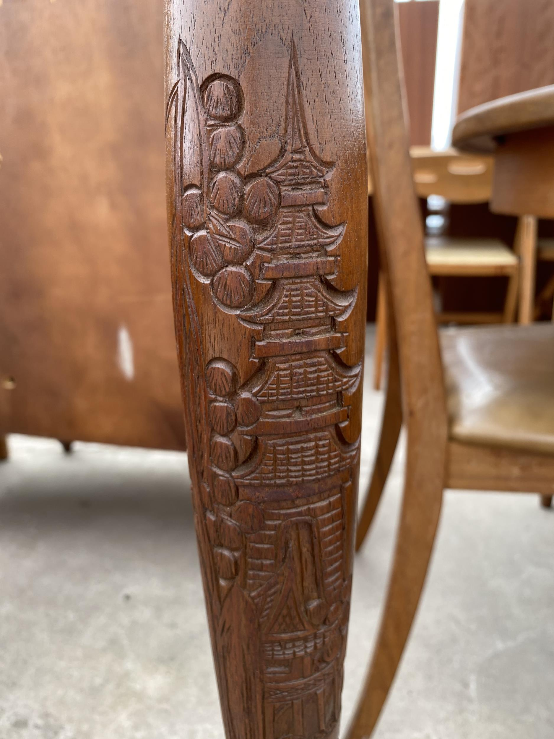 A MODERN STANDARD WITH CARVED ORIENTAL SCENES, ON TURNED COLUMN, COMPLETE WITH SHADE - Image 3 of 3
