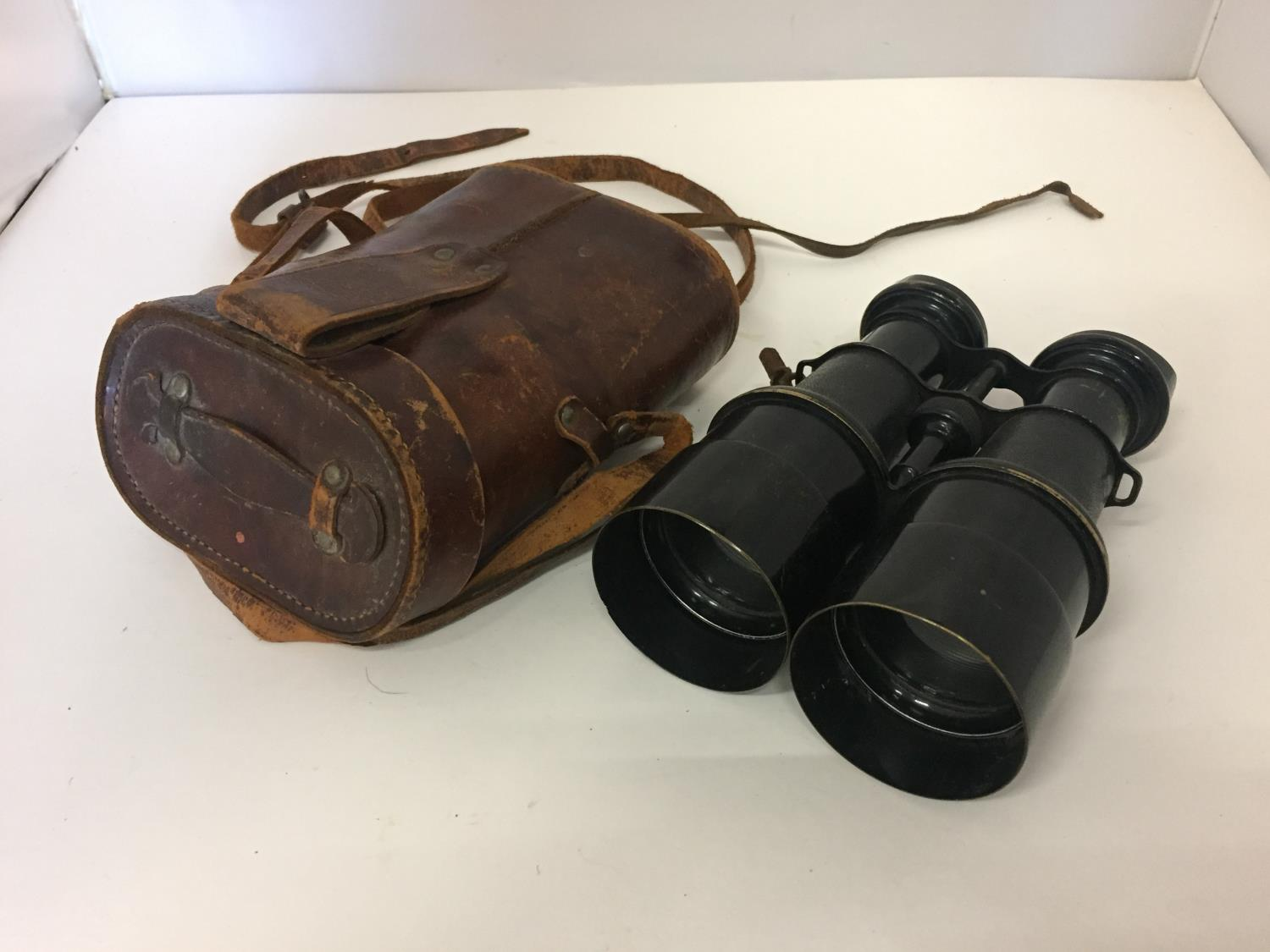 A PAIR OF EARLY 20TH CENTURY PILOTE BINOCULARS BY IRIS DE PARIS WITH LEATHER CASE