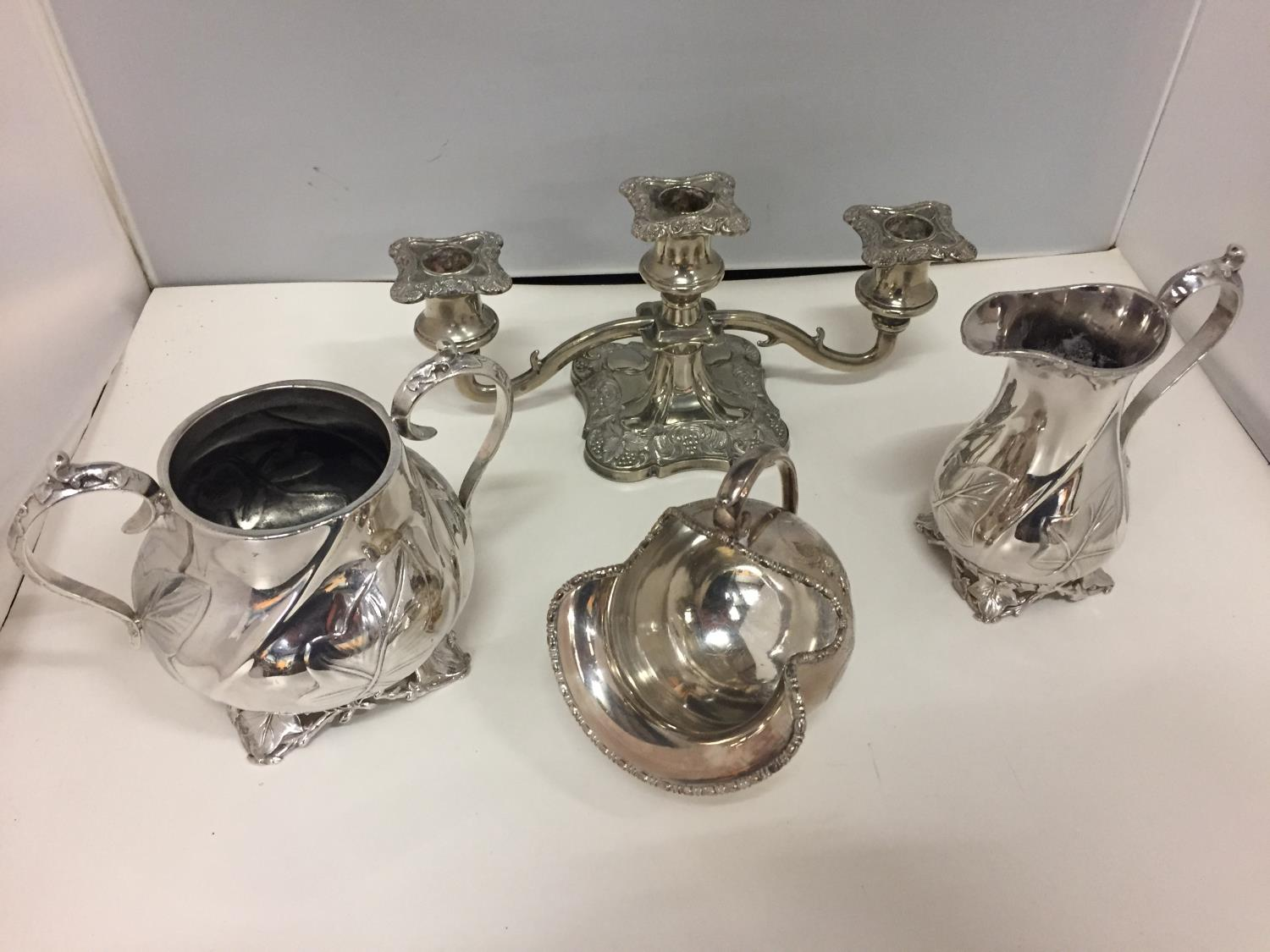A SELECTION OF SILVER PLATED ITEMS TO INCLUDE A JUG, TWIN HANDLED VESSEL, CANDELABRA ETC