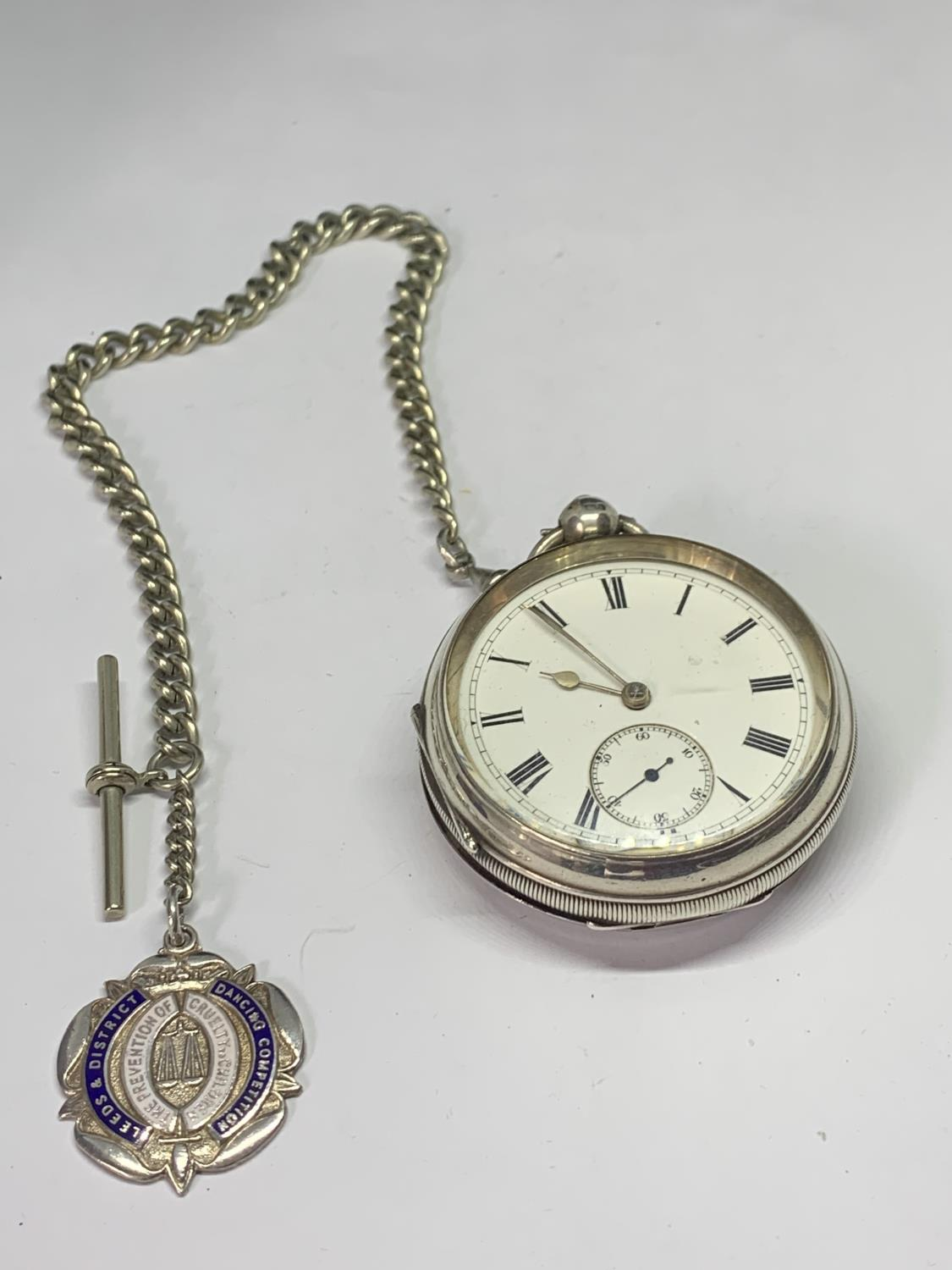 A HALLMARKED BIRMINGHAM SILVER POCKET WATCH WITH ALBERT CHAIN AND FOB