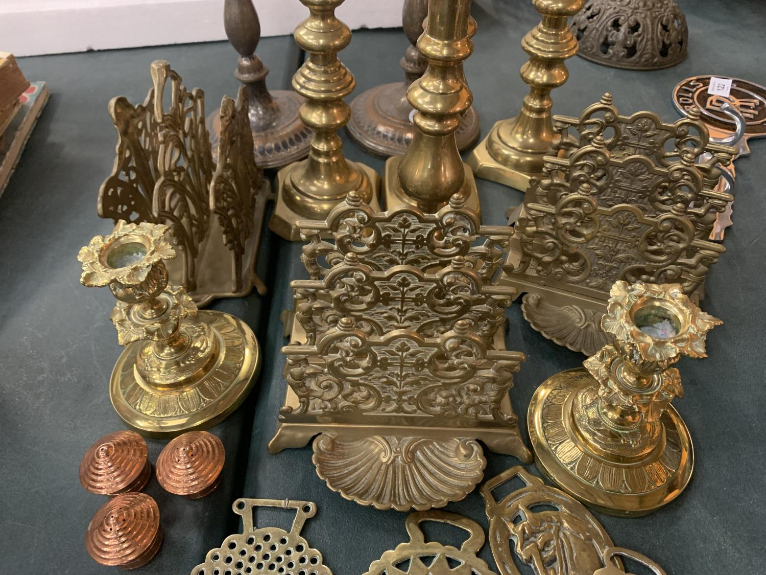 A VINTAGE COLLECTION OF BRASS ITEMS TO INCLUDE THREE LETTER RACK HOLDERS , SIX CANDLE STICK - Image 3 of 4