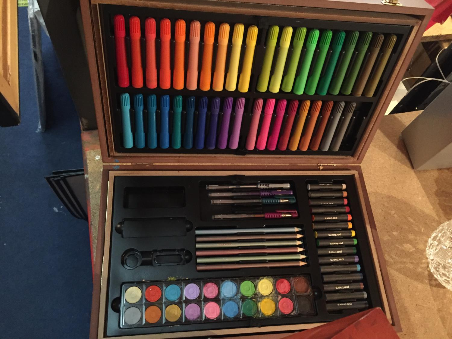 TWO CASES OF ART SUPPLIES TO INCLUDE FELT TIPS, PENCILS, OIL PAINTS ETC - Image 5 of 12