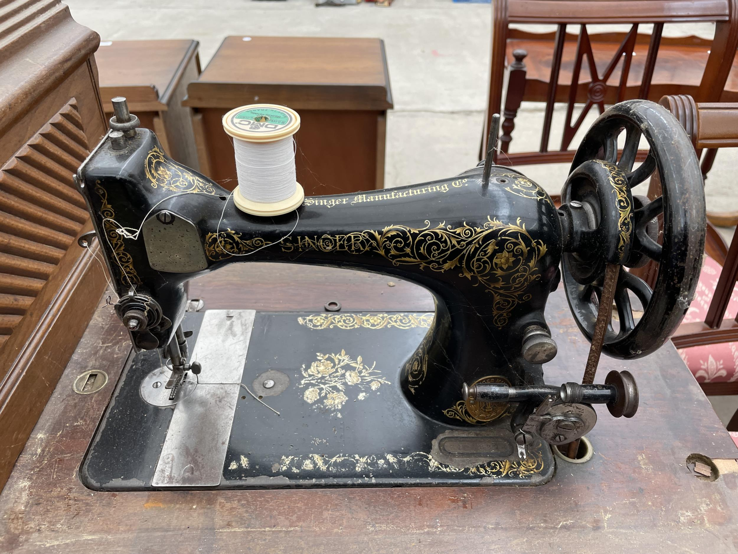 A SINGER TREADLE SEWING MACHINE - Image 2 of 4