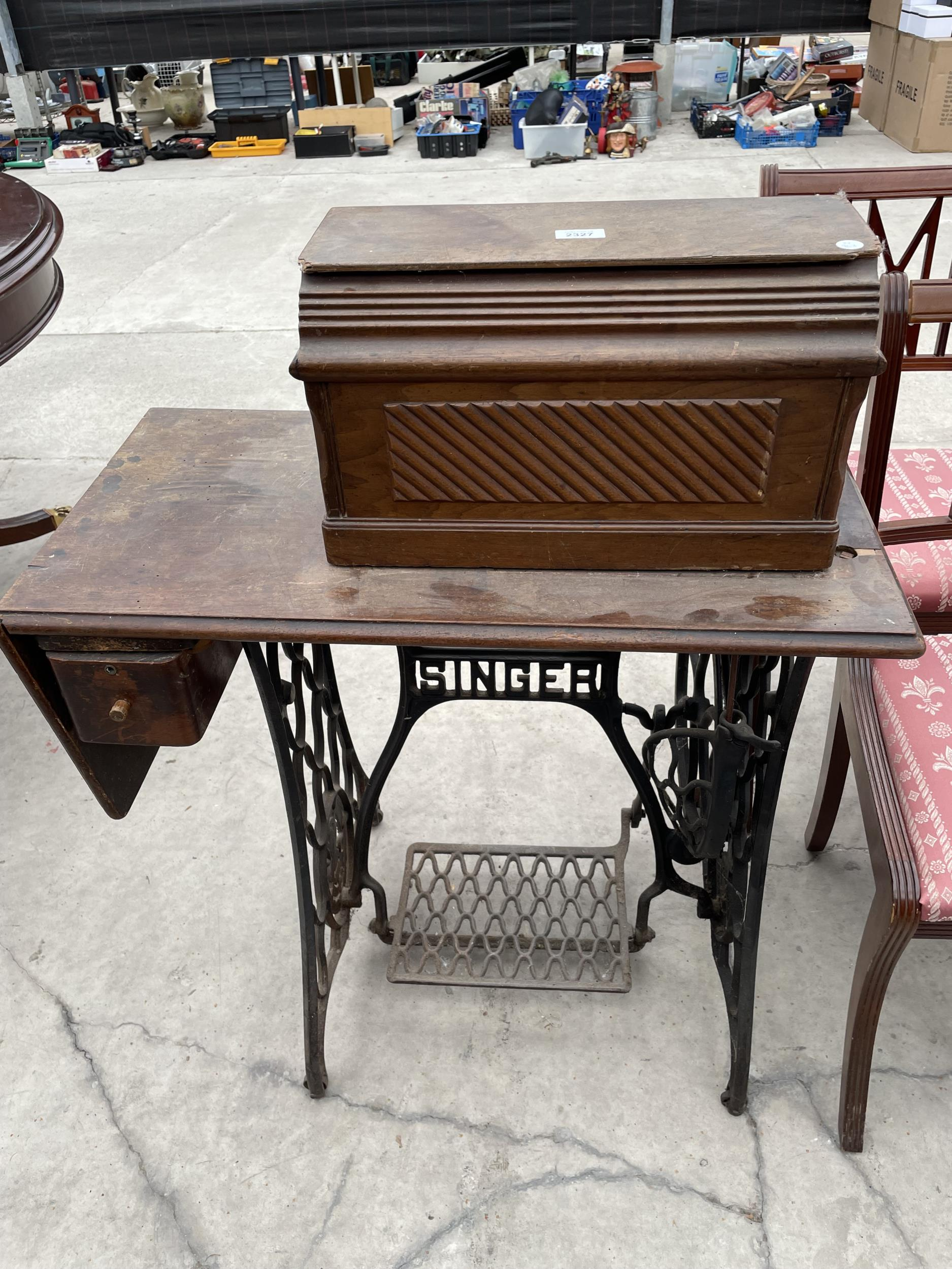 A SINGER TREADLE SEWING MACHINE - Image 3 of 4