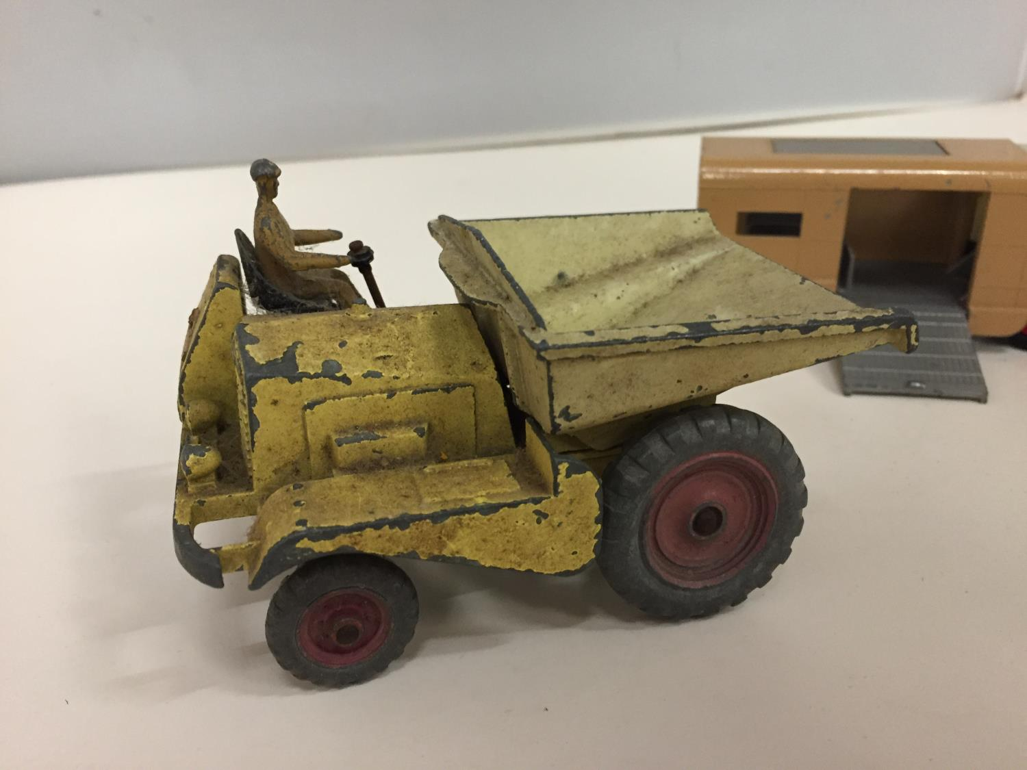 A DINKY MODEL MUIR-HILL DUMPER NO.562 1949-1954 AND A MATCH BOX KINGSIZE ARTICULATED HORSE VAN - Image 4 of 5