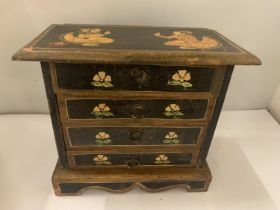 A SMALL CHEST OF FIVE DRAWERS WITH ORIENTAL FIGURES TO THE TOP AND BOTH SIDES, HEIGHT 21.5CM,