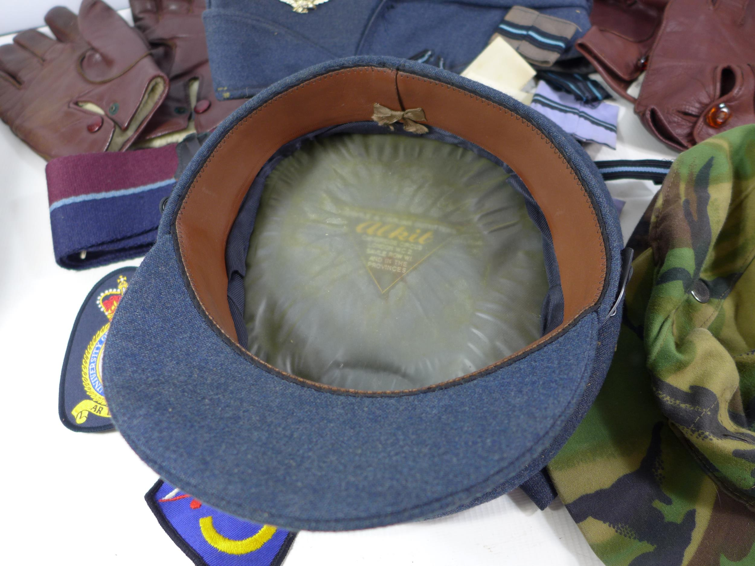 A COLLECTION OF RAF MEMORABILIA COMPRISING CAP, GLOVES, BELTS, FLASHES ETC - Image 4 of 6