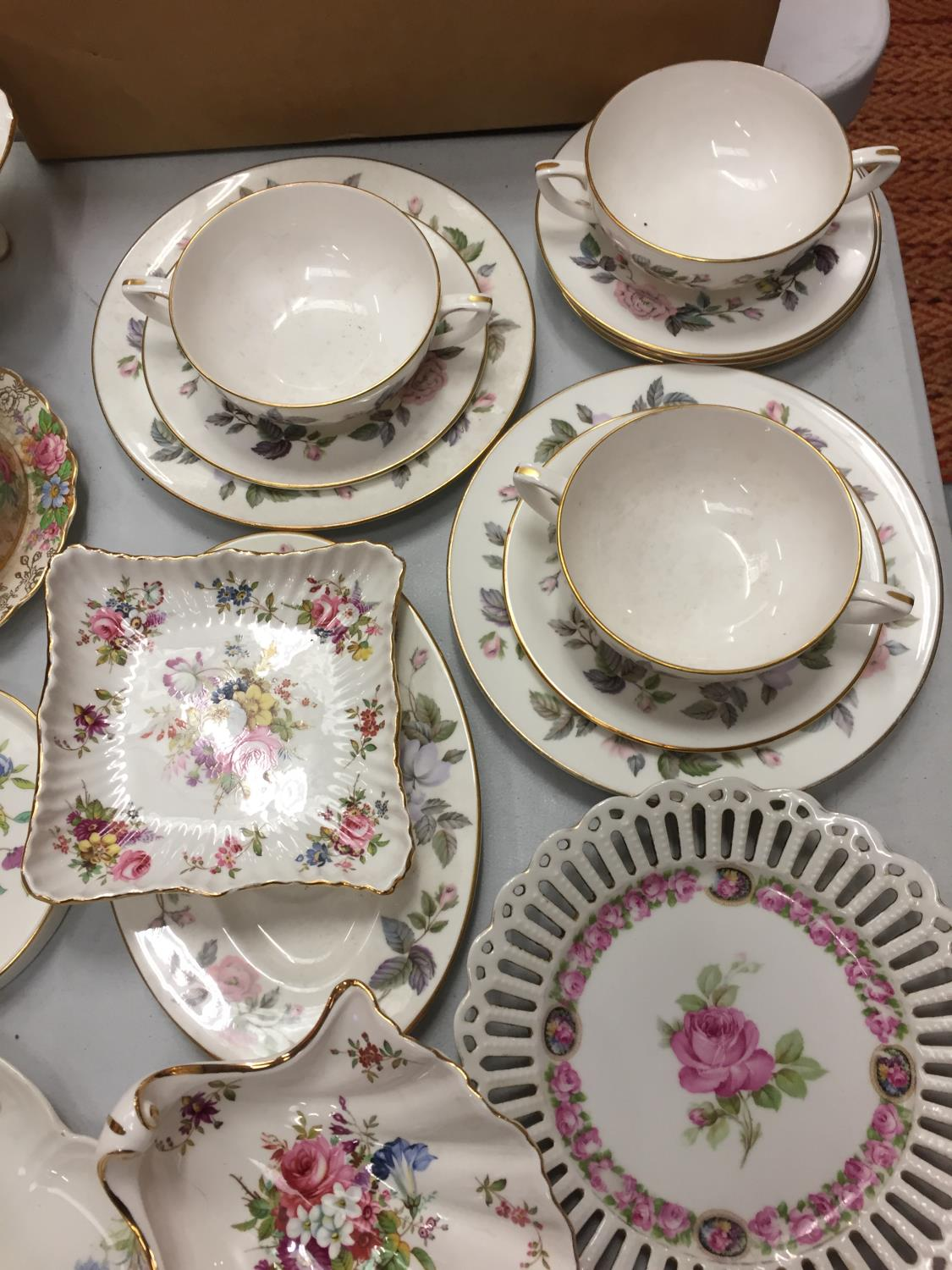 A MIXED COLLECTION TO INCLUDE SPODE AND MINTON TRINKET DISHES , A DRESSING TABLE SET OF FLOWER - Image 4 of 6