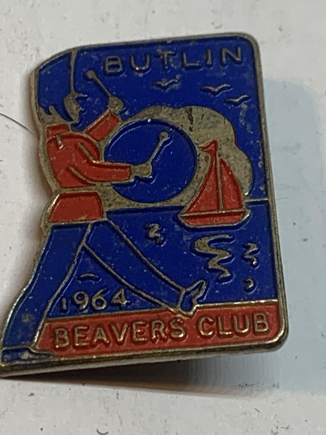 TWO RARE BUTLINS BADGES TO INCLUDE AN IRELAND 1960 AND A 1964 BEAVERS CLUB - Image 2 of 3