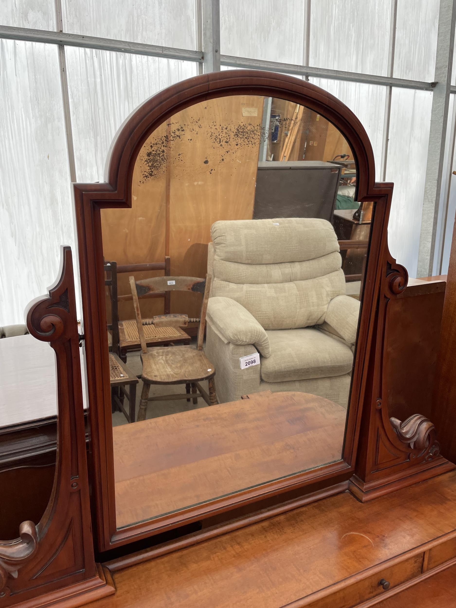 A VICTORIAN MAHOGANY DUCHESS DRESSING TABLE ON TURNED TAPERING LEGS WITH WHITE WIDE P+S PATENT - Image 2 of 4