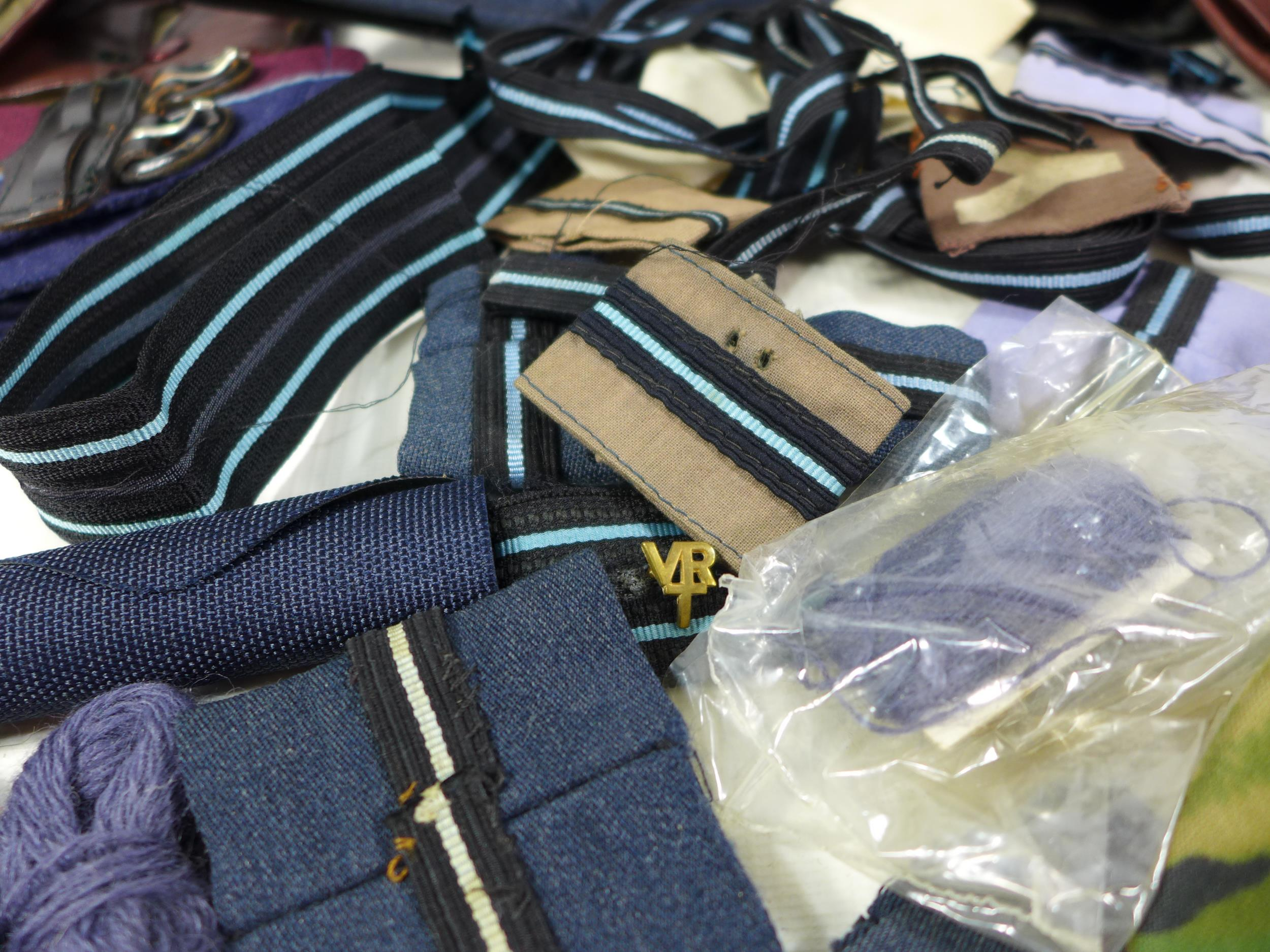 A COLLECTION OF RAF MEMORABILIA COMPRISING CAP, GLOVES, BELTS, FLASHES ETC - Image 5 of 6