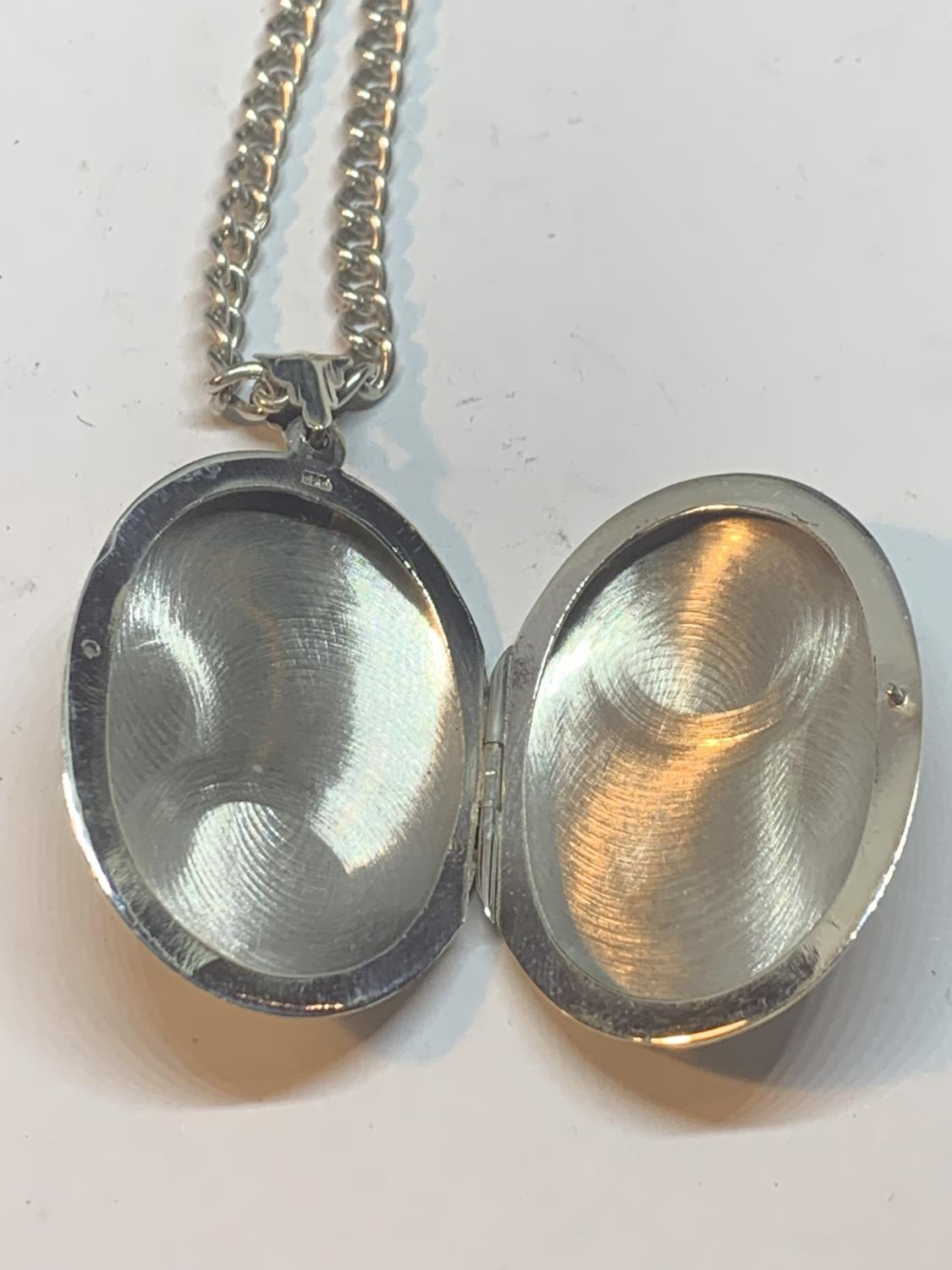 A SILVER NECKLACE WITH A LARGE OVAL LOCKET PENDANT - Image 4 of 4