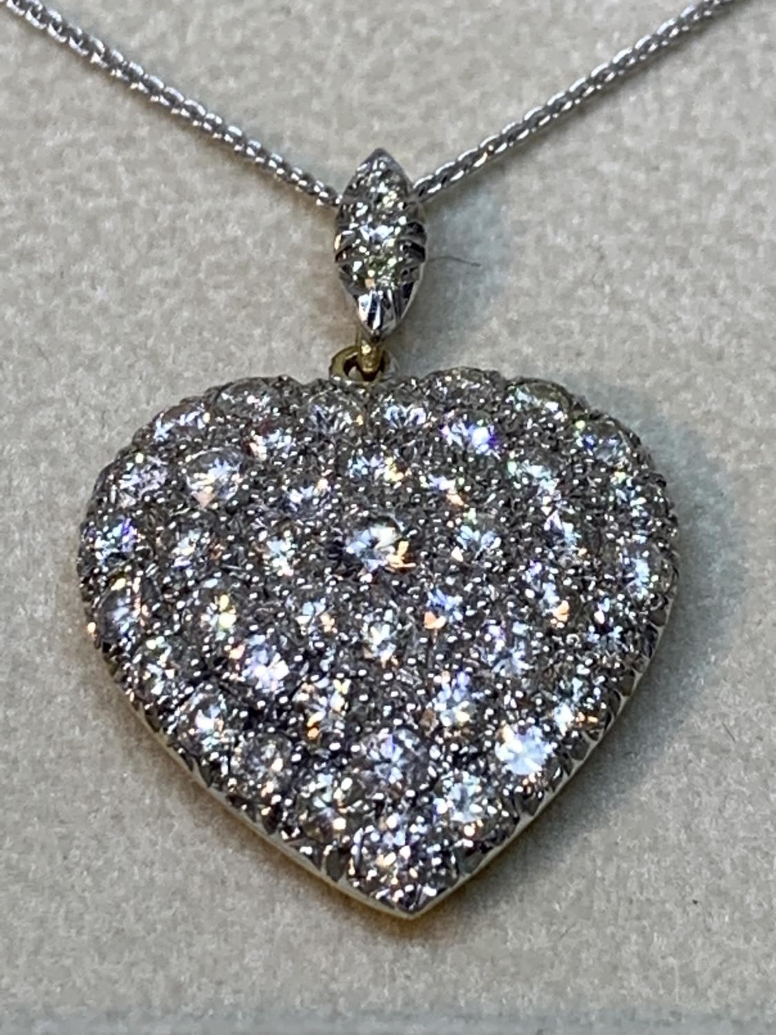 A 15 CARAT WHITE AND YELLOW GOLD LARGE DIAMOND ENCRUSTED HEART PENDANT WITH CHAIN LENGTH 44CM IN A - Image 3 of 8