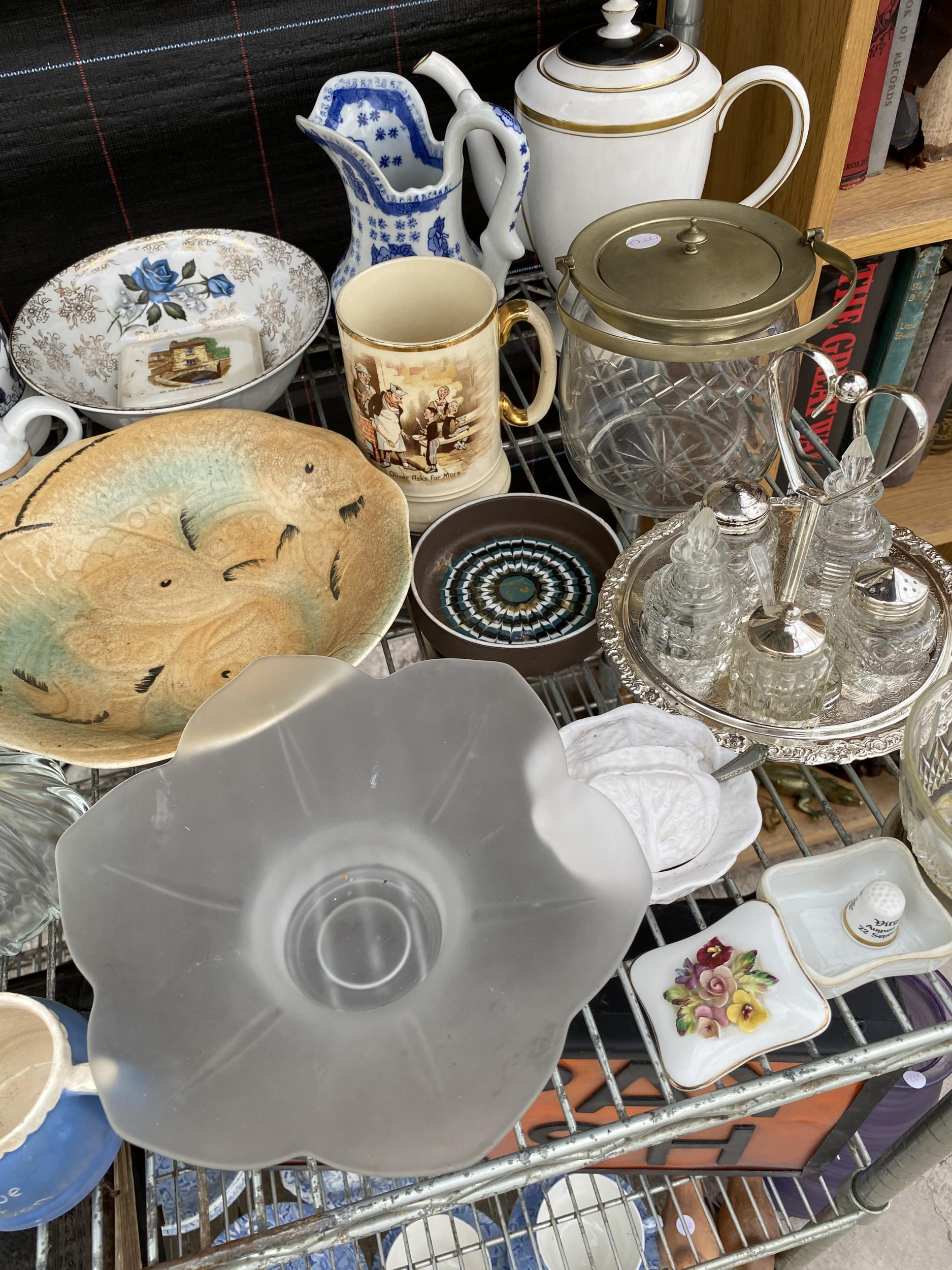 AN ASSORTMENT OF CERAMIC AND GLASS WARE TO INCLUDE PLATES, A CRUET SET WITH STAND AND CERAMIC JUGS - Image 3 of 3