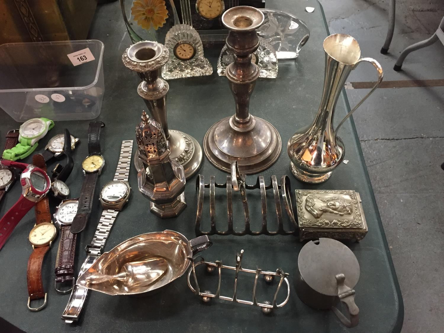 A MIXED SELECTION OF SILVER PLATED ITEMS TO INCLUDE TWO TOAST RACKS, CANDLESTICKS ETC