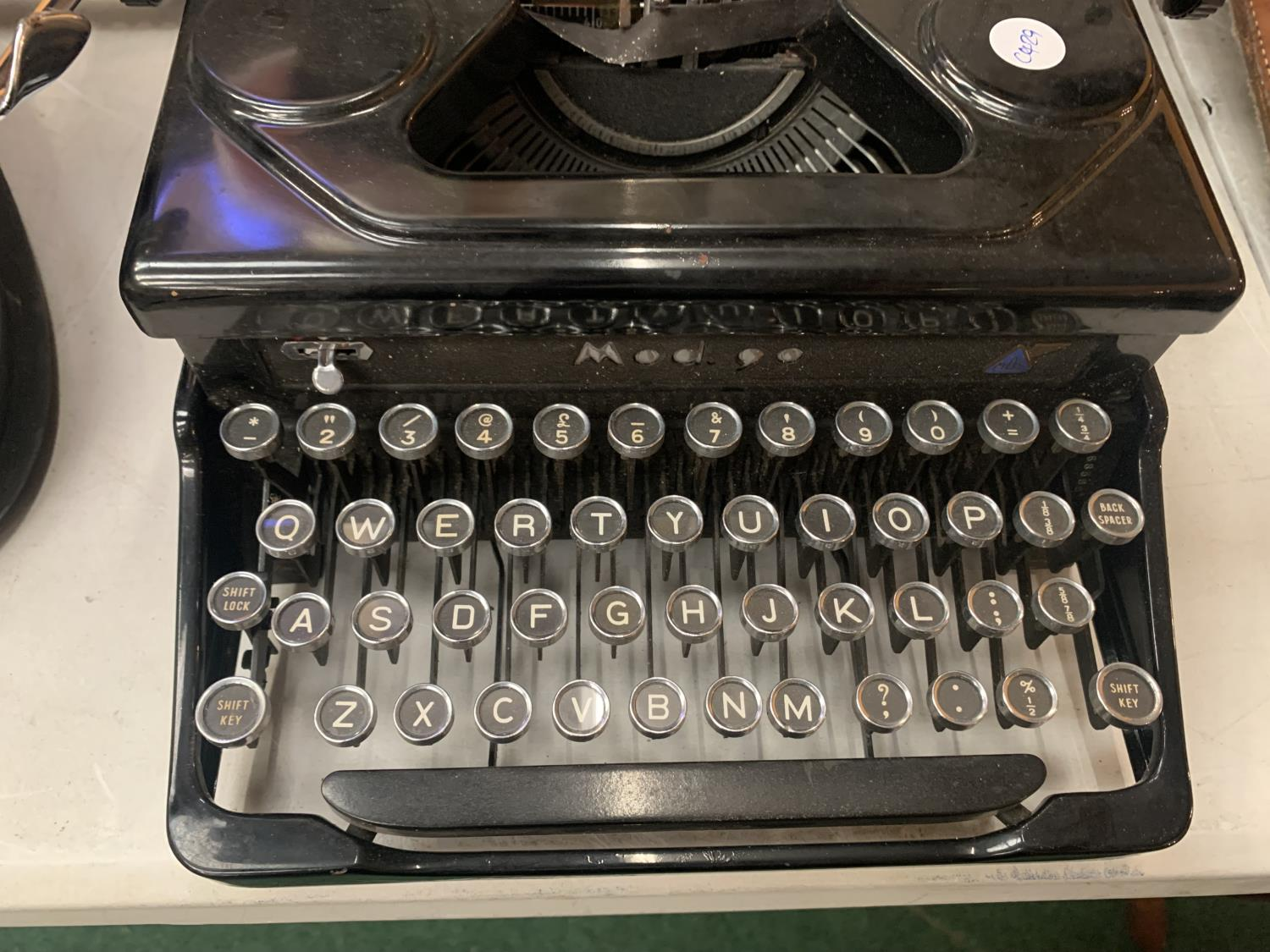 AN 'EVEREST' MADE IN ITALY VINTAGE PORTABLE TYPEWRITER MOD 90 - Image 2 of 3