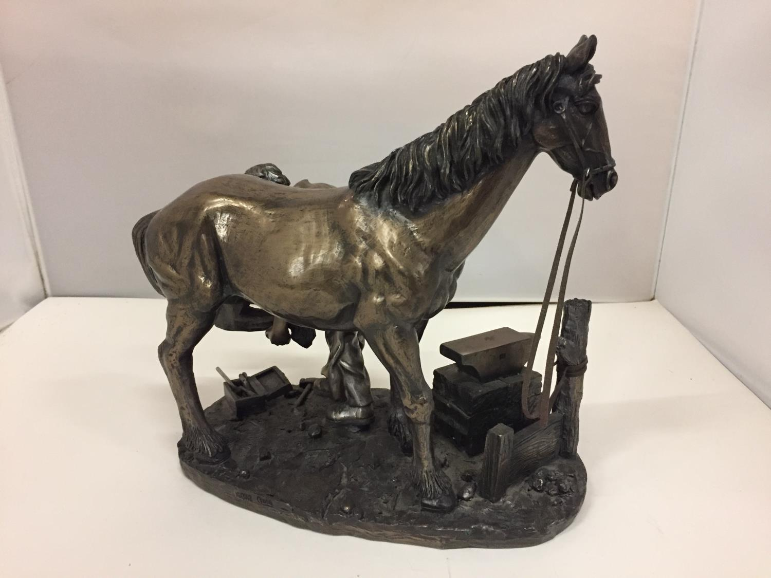 A RESIN FIGURINE OF A HORSE AND FARRIER HEIGHT 26CM - Image 3 of 6