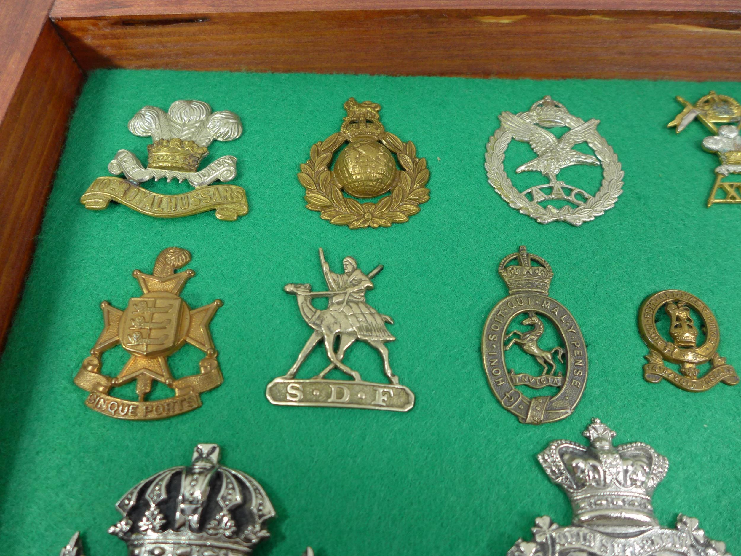 A GLAZED DISPLAY CASE CONTAINING THIRTY FIVE BRITISH MILITARY BADGES, 33CM X 49CM - Image 3 of 6