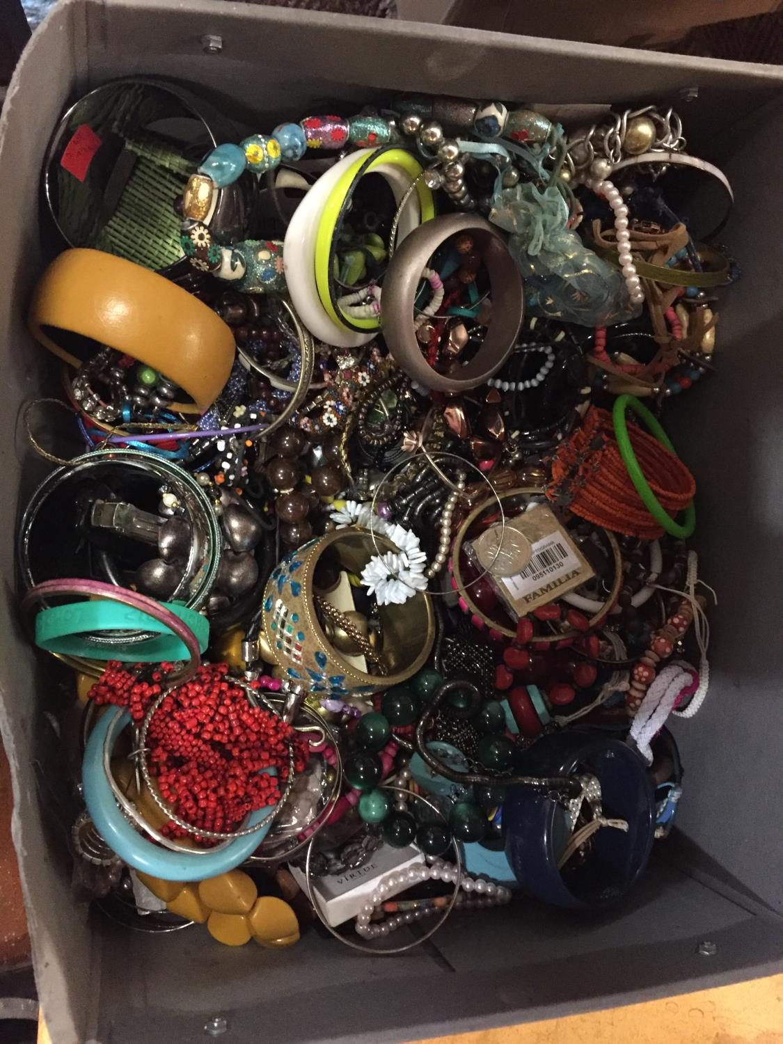 A LARGE BOX OF COSTUME JEWELLERY - Image 3 of 4