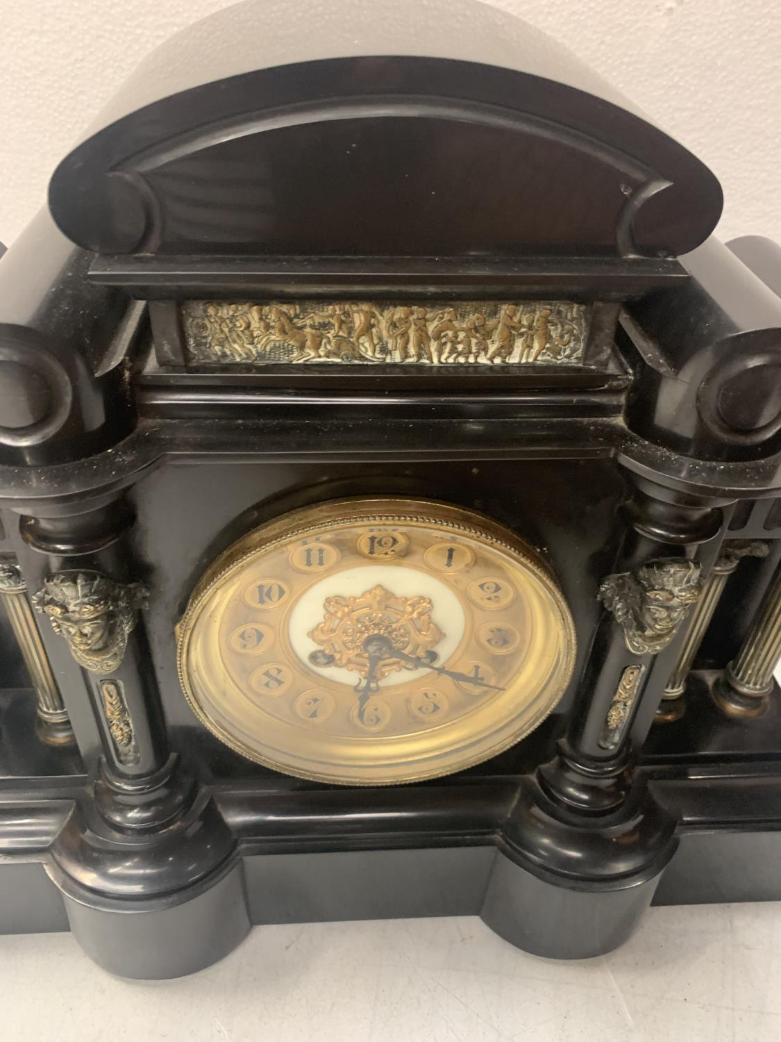A HEAVY SLATE LOWE & SONS CHESTER MANTEL CLOCK WITH 13CM DIAL WITH ARABIC NUMERALS, CASE FLANKED - Image 7 of 7