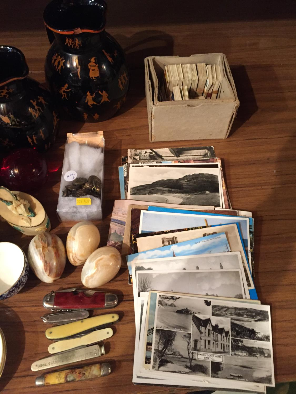 A COLLECTION OF CERAMICS TO INCLUDE BESWICK, WORCESTER PIN TRAYS CIGARETTE CARDS, POSTCARDS ETC - Image 8 of 10