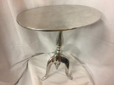 A CHROME AND WHITE METAL SIDE TABLE ON TRIPOD LEGS