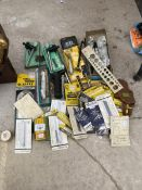 AN ASSORTMENT OF TOOLS TO INCLUDE CHUCK KEYS, BOTTLE OPENERS AND KNIFE BLADES ETC