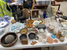A LARGE ASSORTMENT OF ITEMS TO INCLUDE TREEN BOWLS, TRINKET BOXES AND COLOURED GLASS BOTTLES ETC