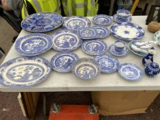 A LARGE ASSORTMENT OF BLUE AND WHITE CERAMIC WARE TO INCLUDE A SMALL GINGER JAR, PLATES AND CUPS AND