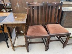 AN EARLY 20TH CENTURY OAK SIDE TABLE WITH BARLEY TWIST SUPPORTS AND TWO OAK DINING CHAIRS