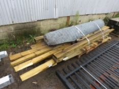 PALLET CONTAINING USEFUL CONSTRUCTION AND FENCING TIMBERS PLUS A ROLL OF MESH FENCING.