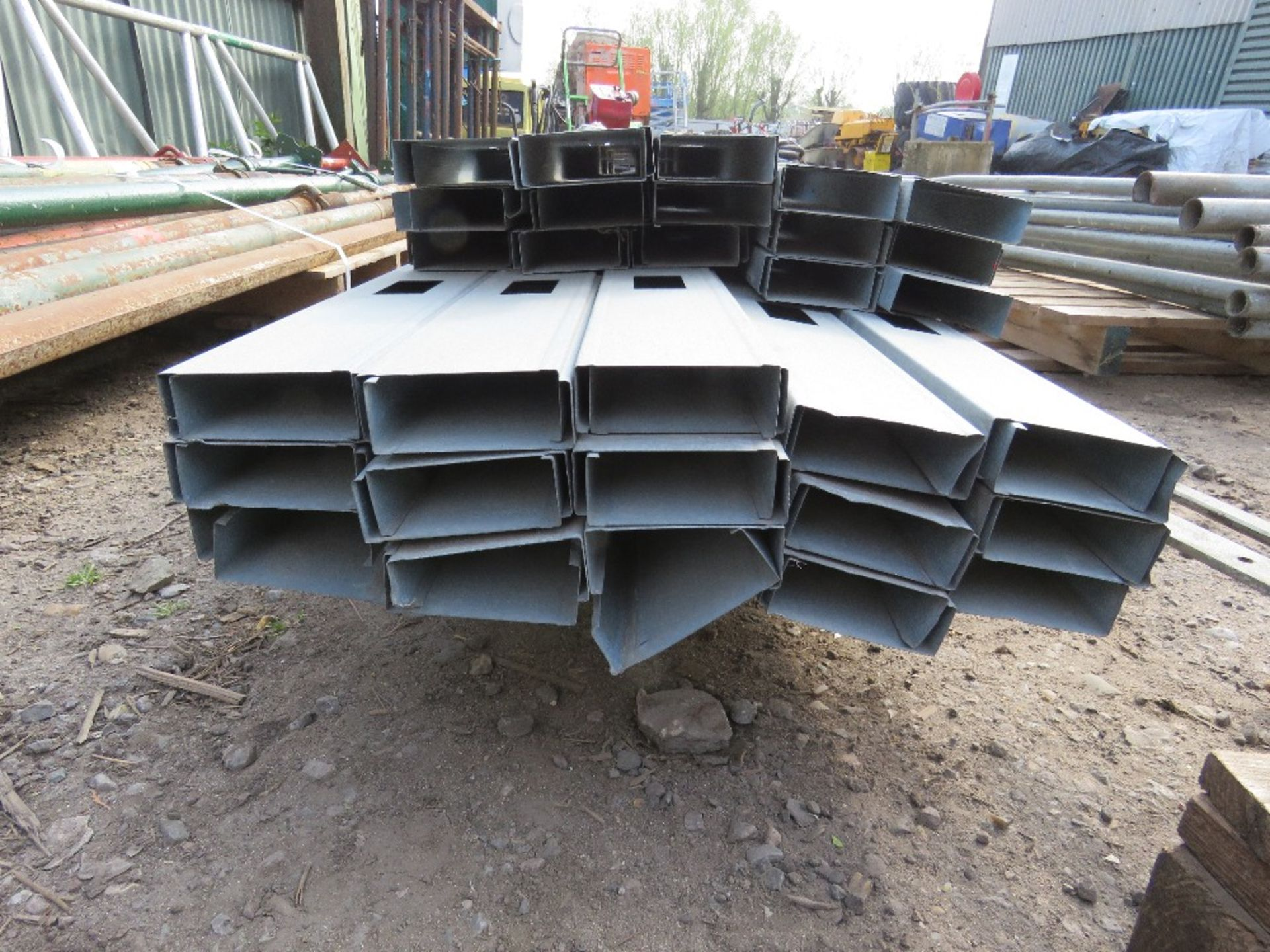 PALLET CONTAINING METAL INTERNAL PARTITION STUDS. 9CM X 3CM APPROX, 3M AND 3.5M LENGTH APPROX. - Image 3 of 3
