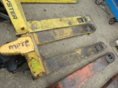 HYDRAULIC PALLET TRUCK, SOURCED FROM COMPANY LIQUIDATION. WHEN TESTED WAS SEEN TO LIFT AND LOWER.