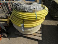 PALLET CONTAINING 32MM PIPE PLUS A NARROW BORE BLACK PIPE.