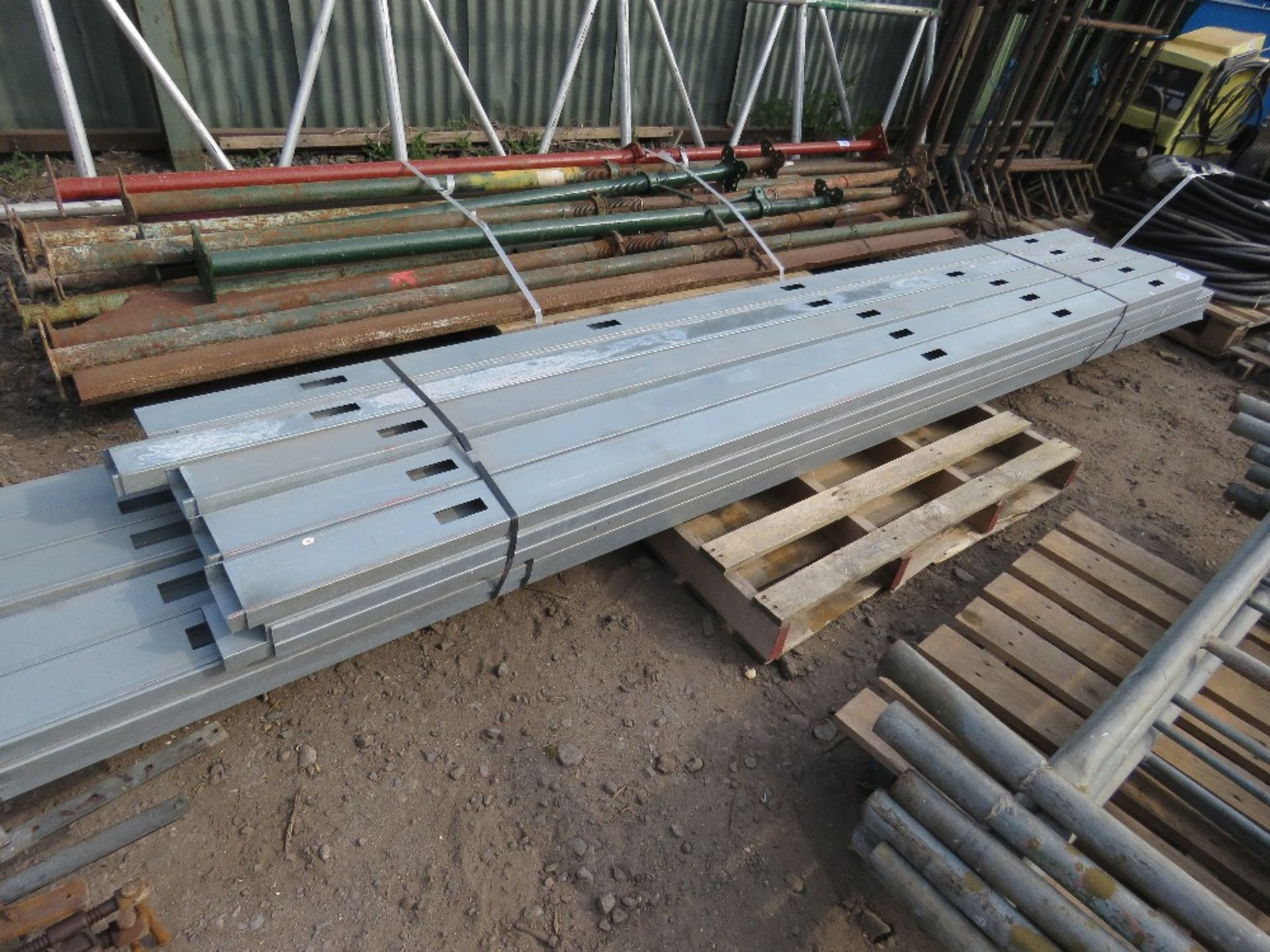 PALLET CONTAINING METAL INTERNAL PARTITION STUDS. 9CM X 3CM APPROX, 3M AND 3.5M LENGTH APPROX. - Image 2 of 3