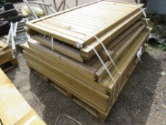 APPROX 14 X TIMBER FENCE PANELS/GATES.