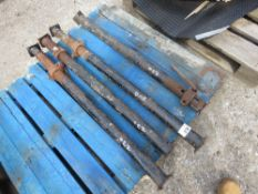 4 X SHORT REACH ACROW TYPE SUPPORT PROPS. NO VAT ON HAMMER PRICE.