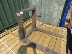 SET OF PALLET FORKS TO FIT COMPACT TRACTOR, 3 POINT LINKAGE MOUNTED.