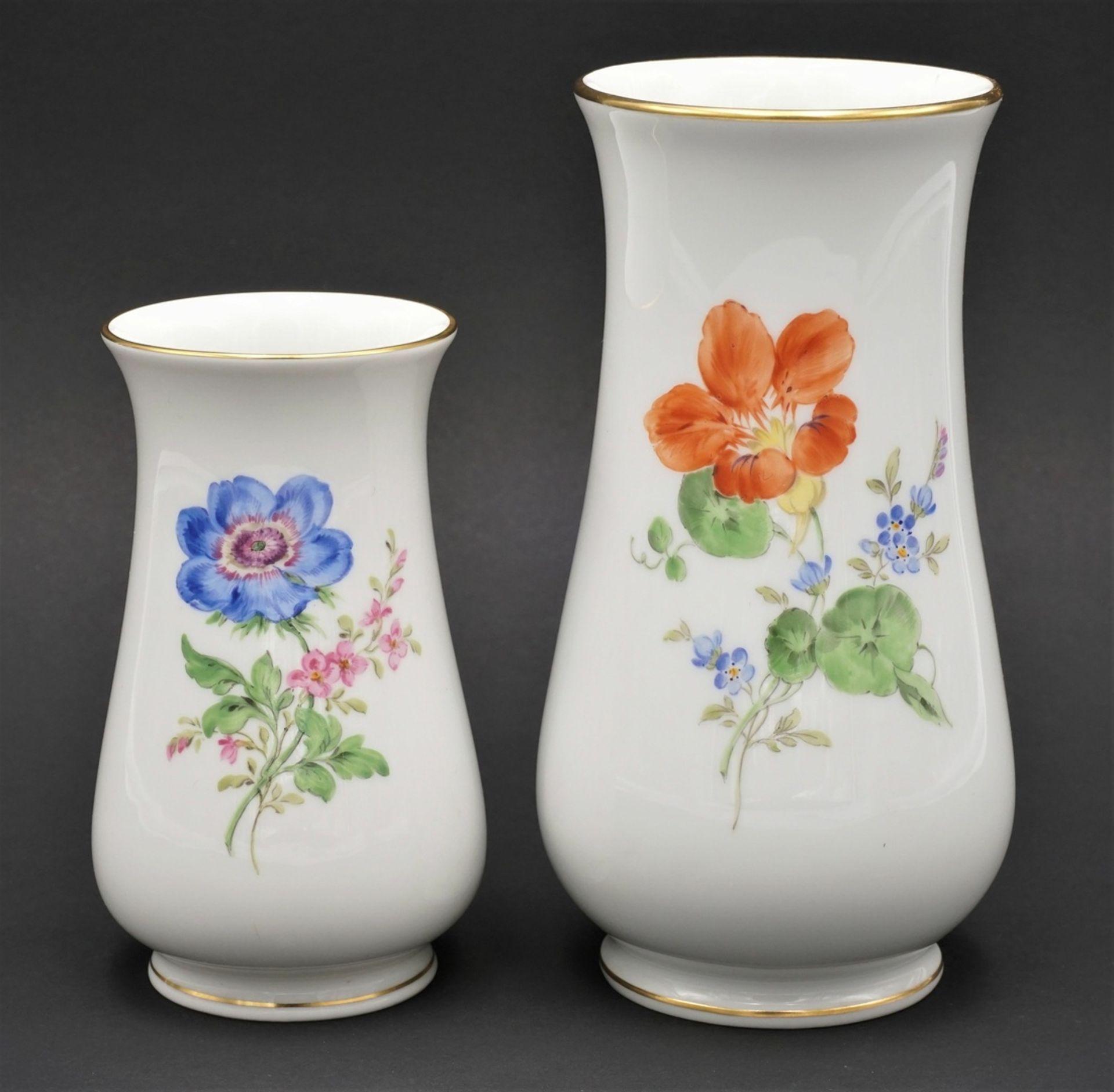 Zwei Meissen Vasen mit Bunter Blume