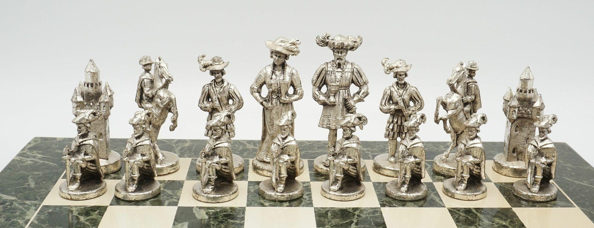 Marmor-Schachbrett mit Figuren in historischem Gewand, Ende 20. Jh. - Bild 3 aus 4