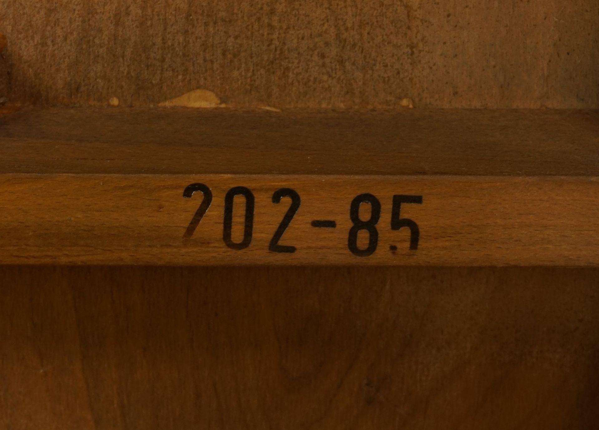 Runder Jugendstil Tisch, Nussbaum furniert - Bild 2 aus 2